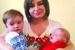 Мама: Евеліна Добрянська. Діти: Ніна (один рік) і Ксеня (два місяці). М'єндзибуж