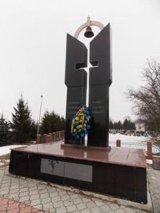 Меморіал у Павлівці, де поховані польські жертви. Фото з сайту Волинської газети volga.lutsk.ua