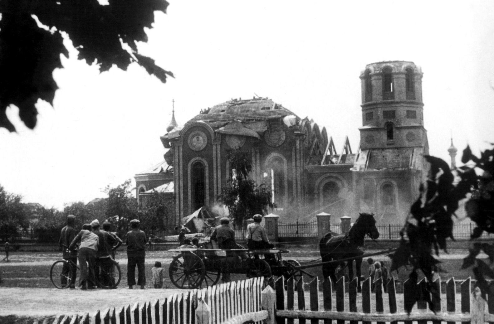 Руйнування церкви у селі Крилові. Архівне фото з сайту www.cerkiew1938