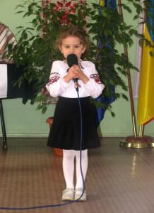 Юстинка Косьор з Кошаліна декламує вірш «Потічок». Фото авторки статті