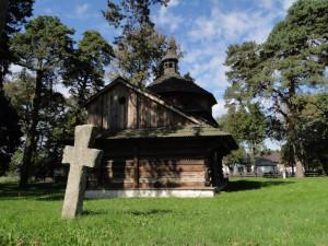 Церква Св. Василія Великого (XVIII ст.) у Белжці та один із трьох останніх пам'ятників на цвинтарі біля церкви. Фото автора статті