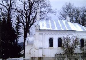 Каплиця, в якій Анна 1944 р. прийняла Перше причастя. Поруч каплиці ростуть великі липи, а за ними стоїть гарна мурована школа, в якій 1942 р. почала вчитися авторка спогадів. Фото з архіву авторки