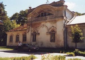 Один з колишніх монастирських будинків перед ремонтом. Фото автора статті