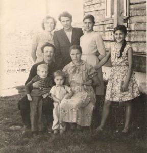 Родина Пероганичів, виселених з Тарнави-Нижньої до Сможого, 1963 рік. У центрі – дідусь Ю. Пероганича Юрко Пероганич