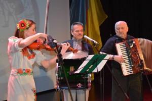 Лілія та Іван Ткачуки – донька та батько, акордеон – Ярослав Допілко. Любомира Калинця