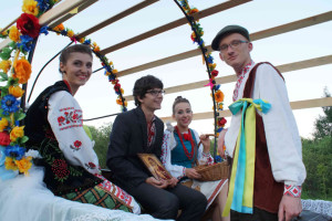 Українське весілля на ватряному полі. Фото автора статті