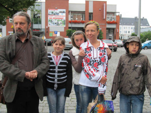 Роман Загорода разом з дітьми з Волині. Фото Тамари Зубенко