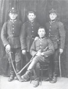 Прокіп Коць – жовнір польської кавалерії (стоїть посередині)