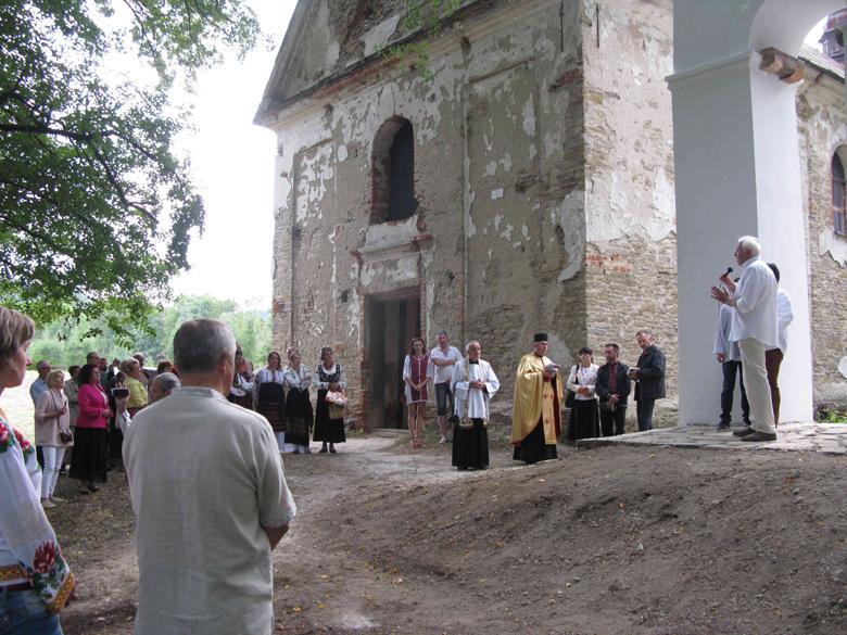 Краєм ока: справа – дзвіниця (як нова), зліва глибше – руїна церкви, яка чекає на ремонт. Фото автора статті