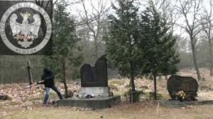 Кадр з запису зруйнування частини пам'ятника в Молодичу, поміщений на порталі youtube. yuotube.com