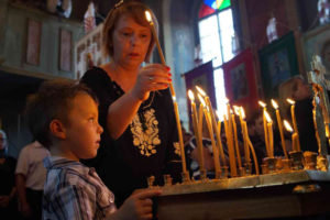 З ієрархом прощалися також діти. Він сам завжди дбав про них і заохочував зберігати українську ідентичність і традицію. Фото Павла Лози