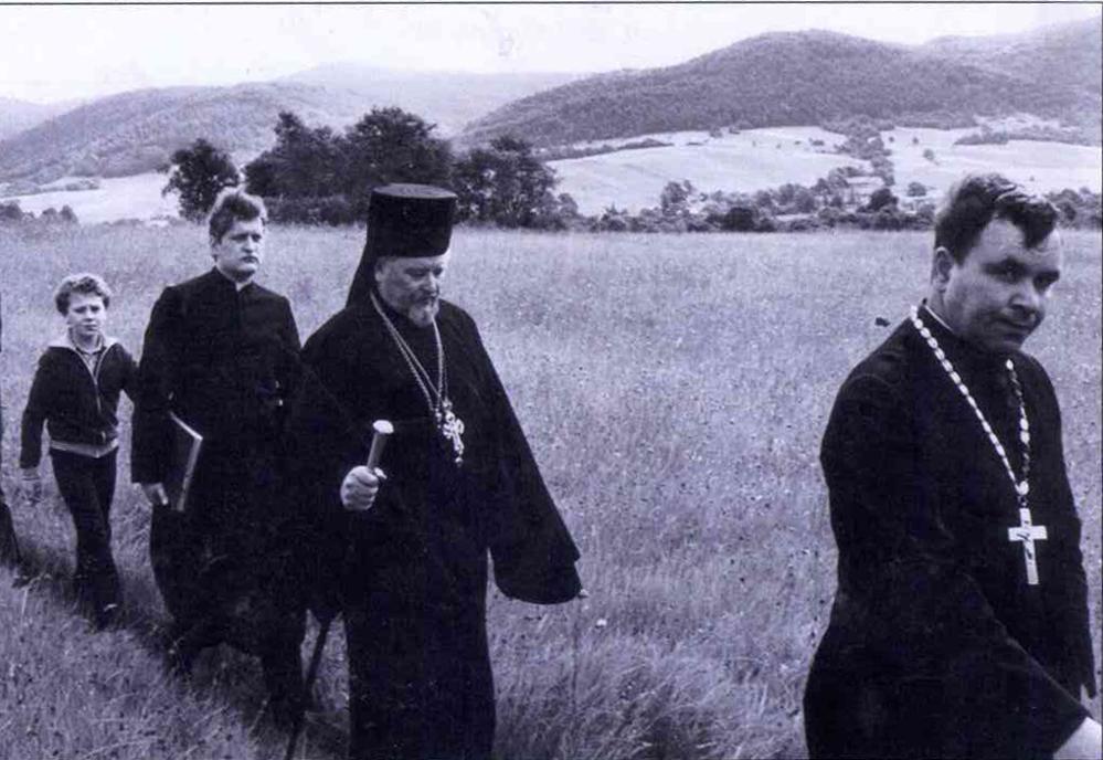 Владика Адам (в центрі) в дорозі на Гору Явір.