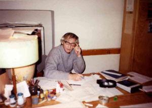 Анатоль Кобеляк зі своїм «багатством» на робочому столі. Знімок з родинного альбому Любомири Кобеляк