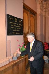 <strong>Віце-маршал Сенату РП Богдан Борусевич запалює свічу в знак пам'яті про жертви Акції «Вісла»</strong>