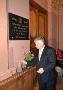 <strong> Маршалок сенату Боґдан Борусевич запалює свічку пам'ят</strong>і. Фото авторки статті