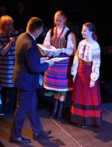 ▲<strong> Наталія Боцюк отримує стипендію від підляського маршалка</strong>. Фото зі сторінки wrotapodlasia.pl