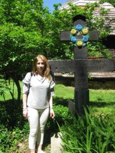 <strong>Єва Руцінська, дочка Станислава Левковича, біля хреста свого прадіда Івана Левковича.</strong> Фото автора статті