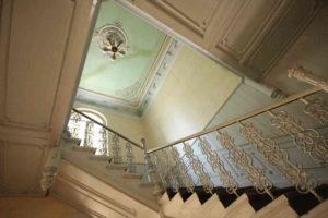 <strong>Сходова клітка в палаці з ориґінальними сходами та прикрасами</strong>. Фото автора статті