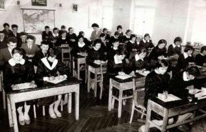 Першокласники ліцею на уроці хімії (1960 р.).