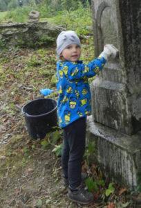<strong>2,5-річна Уля – наймолодша учасниця табору на цвинтарі у селі Лип'я (Підкарпатське воєводство), 2017 рік</strong>. Фото з архіву товариства «Маґурич»