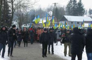 Учасники панахиди прямують на павлокомський цвинтар. Фото Богдана Гука