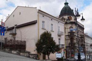 ▲ На першому плані будинок на вул. Костюшка, де містився музей «Стривігор».