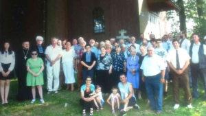 Група конечнянів перед свойом церквом. Знимка зі зборів автора допису