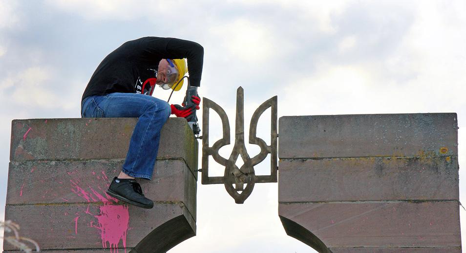 Знищення пам'ятника у Грушовичах. Фот. з архіву редакції