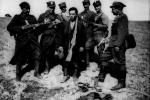 Група вояків Народного війська польського та зловлений у районі Сянока кущовий ОУН Гнатусько