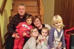 Зліва направо: Євген та Анна Скуратки з онуками Юльком і Ганею Джуґан та Настусею і Оксанкою Кущак