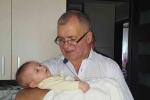 Іван Шахмат з онучкою Анею