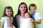 Mама Роксана Гладзьо з дітьми: Oстапом (6 років), Зоряною (4 роки) та Русланою (2 місяці), Кошалін