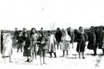 Школярі з Новиці (період окупації) під час перерви, босі, хоч на землі сніг.