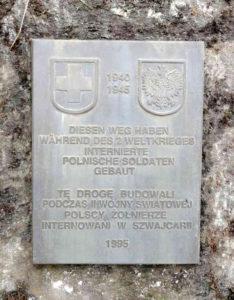 ▲ Polenweg або Polenstrasse – так назвали жителі Швайцарії мережу доріг (450 кілометрів), яку в реґіоні міста Rueun під час ІІ Світової війни побудували інтерновані солдати війська польського. Меморіальну дошку встановили вдячні жителі міста. Фото з Вікіпедії